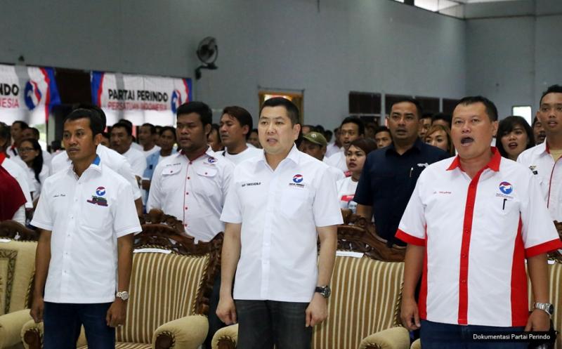 Ketua Umum Partai Perindo Hary Tanoesoedibjo (tengah) bersama pengurus Perindo menyanyikan lagu Indonesia Raya pada acara pelantikan 430 DPRt Partai Perindo Bojonegoro di Gedung Serbaguna Bojonegoro, Jawa Timur, Rabu (11/1/2017).&lt;br /&gt;<br />