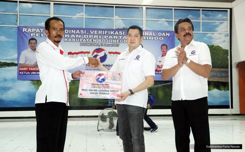 Ketua Umum Partai Perindo Hary Tanoesoedibjo (tengah) menyerahkan bantuan gerobak UMKM Partai Perindo pada acara pelantikan 430 DPRt Partai Perindo Bojonegoro di Gedung Serbaguna Bojonegoro, Jawa Timur, Rabu (11/1/2017).