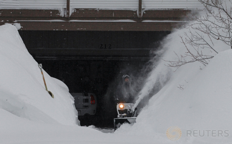 Seorang Pria sedang membersihkan salju di jalan yang mengarah kerumahnya di Incline Village, Nevada, Amerika Serikat, Kamis (12/1/2017) WIB. Salju yang melanda Amerika menutupi jalan dan rumah warga.