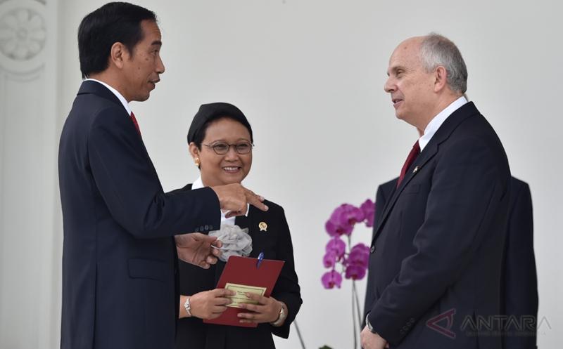 Presiden Joko Widodo (kiri) didampingi Menteri Luar Negeri Retno L.P. Marsudi (tengah) berbincang dengan Duta Besar Luar Biasa dan Berkuasa Penuh (LBBP) Amerika Serikat untuk Indonesia Joseph R Donovan Jr (kanan) usai penyerahan surat-surat kepercayaan di teras belakang Istana Merdeka, Jakarta, Kamis (12/1/2017). Presiden menerima delapan Duta Besar LBBP Designate Resident dan Designate Non Resident, yaitu Duta Besar Perancis, Portugal, Maroko, Amerika Serikat, Bangladesh, Mauritius, Rwanda, dan Kepulauan Marshall.