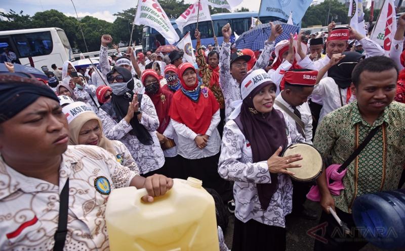 Sejumlah guru yang tergabung dalam Persatuan Guru Seluruh Indonesia (PGSI) melakukan aksi di depan Kompleks Parlemen Senayan, Jakarta, Kamis (12/1/2017). Aksi yang diikuti ratusan guru itu menuntut tunjangan sertifikasi bagi guru agama yang bernaung di Kemenag yang hingga kini belum terbayar serta menolak diskrimasi terhadap guru swasta.