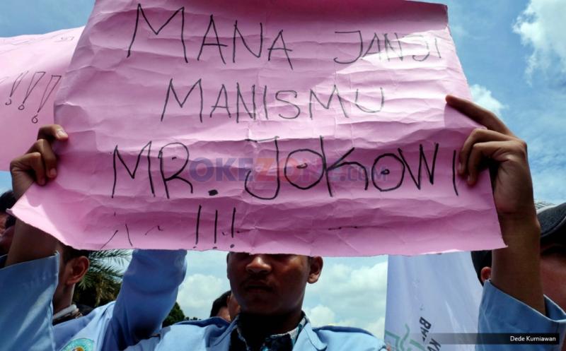 "Seorang mahasiswa mengangkat poster bertuliskan ""Mana Janji Manismu Mr Jokowi"" saat Aksi Bela Rakyat 121 di depan Istana Negara, Jakarta, Kamis (12/1/2017). Aksi tersebut untuk menolak kenaikan tarif listrik dan harga BBM yang menuurut mereka menyengsarakan rakyat Indonesia."