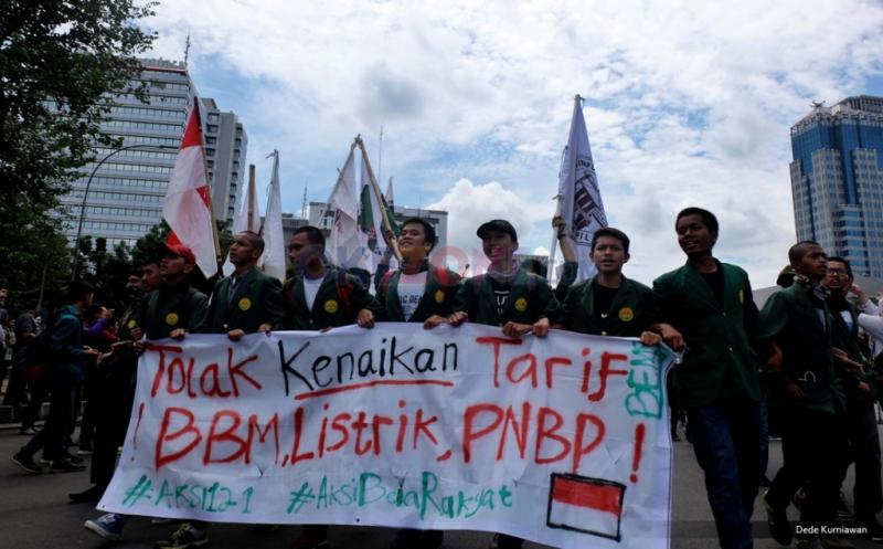 Ratusan mahasiswa berkumpul di silang Monumen Nasional (Monas) untuk melakukan aksi long march menuju Istana Negara pada Aksi Bela Rakyat 121 di Jakarta, Kamis (12/1/2017). Aksi tersebut untuk menolak kenaikan tarif listrik dan harga BBM yang menurut mereka menyengsarakan rakyat Indonesia.