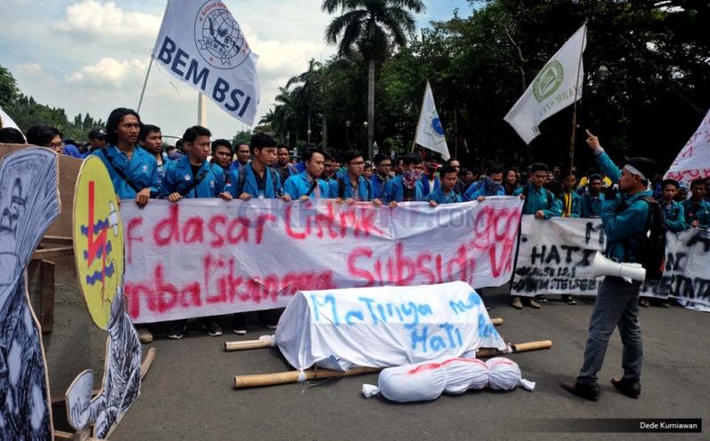 Ratusan mahasiswa berkumpul di silang Monumen Nasional (Monas) untuk melakukan Aksi Bela Rakyat 121 di Istana Negara, Jakarta, Kamis (12/1/2017). Aksi tersebut untuk menolak kenaikan tarif listrik dan harga BBM yang menurut mereka menyengsarakan rakyat Indonesia.