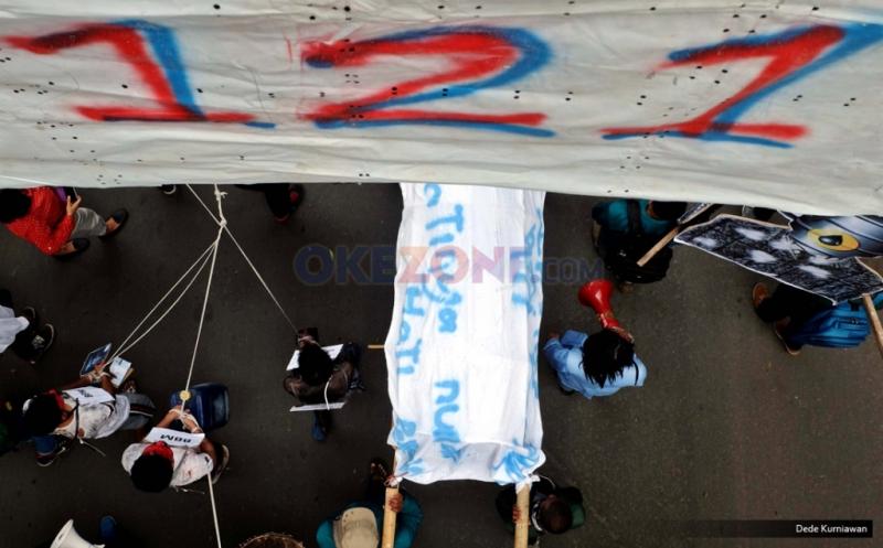 Perwakilan dari Badan Eksekutif Mahasiswa (BEM) Seluruh Indonesia membawa keranda mayat saat aksi jalan kaki atau long march menuju Istana Merdeka, melintasi kawasan Patung Kuda, Medan Merdeka Barat, Jakarta Pusat, Kamis (12/1/2017). Aksi yang dilakukan serentak di 19 Kota ini guna menuntut kebijakan pemerintah Joko Widodo dan Jusuf Kalla yang telah memberatkan hidup rakyat Indonesia.