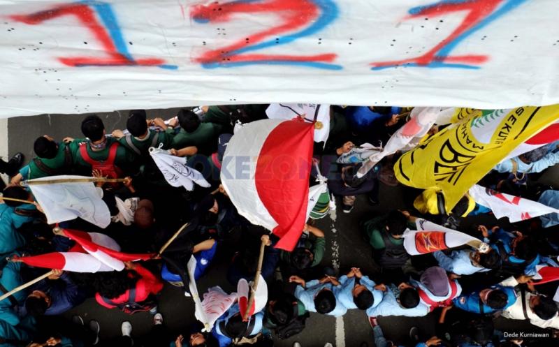 AKSI BELA RAKYAT 121: Massa BEM Se-Indonesia Long March menuju Istana  Massa aksi perwakilan dari Badan Eksekutif Mahasiswa (BEM) Seluruh Indonesia melakukan aksi jalan kaki atau long march menuju Istana Merdeka saat melintasi kawasan Patung Kuda, Medan Merdeka Barat, Jakarta Pusat, Kamis (12/1/2017). Aksi yang dilakukan serentak di 19 Kota ini guna menuntut kebijakan pemerintah Joko Widodo dan Jusuf Kalla yang telah memberatkan hidup rakyat Indonesia.