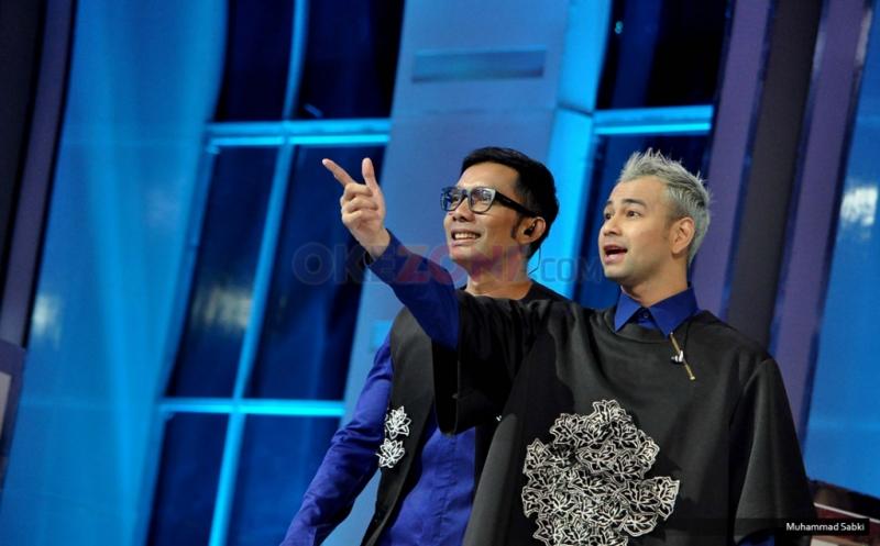 """Host acara Raffi Ahmad dan Indra Herlambang pada acara Program MNCTV I Can See Your Voice di Studio MNCTV, Kebon Jeruk, Jakarta Barat, Kamis (12/1/2017). Setelah sukses tahun lalu, kini MNCTV kembali mempersembahkan """"I Can See Your Voice Indonesia Season 2""""."""