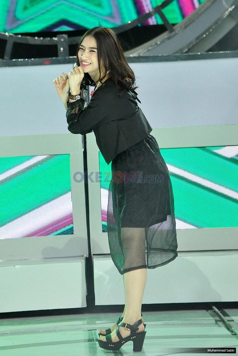 Personel JKT 48 Melody pada acara Program MNCTV I Can See Your Voice di Studio MNCTV, Kebon Jeruk, Jakarta Barat, Kamis (12/1/2017). Melody perankan Detective Celebrity yang akan menilai kemampuan menyanyi dan musikalisasi dari tujuh kontestan pada setiap episode.