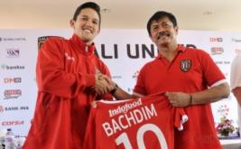 """Manager Pelatih Bali United Indra Sjafri (kanan) memegang jersey untuk Irfan Bachdim yaitu pesepakbola yang baru bergabung dengan klub sepakbola Bali United saat perkenalan di Kuta, Bali, Kamis (12/1/2017). Klub sepakbola Bali United merekrut dua pesepakbola baru untuk memperkuat tim """"Tridatu"""" itu sebagai persiapan menghadapi musim kompetisi resmi tahun 2017."""