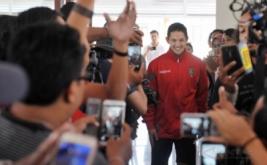 """Sejumlah pendukung klub sepakbola Bali United berebut memotret Irfan Bachdim yaitu pesepakbola yang baru bergabung dengan klub sepak bola tersebut saat perkenalan di Kuta, Bali, Kamis (12/1/2017). Klub sepakbola Bali United merekrut dua pesepakbola baru untuk memperkuat tim """"Tridatu"""" itu sebagai persiapan menghadapi musim kompetisi resmi tahun 2017."""
