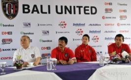"""CEO Bali United Yabes Tanuri (kiri) dan Manager Pelatih Bali United Indra Sjafri (kedua kiri) dua pesepakbola yang baru bergabung dengan klub sepakbola Bali United yaitu Irfan Bachdim (kedua kanan) dan Ngurah Nanak (kanan) saat perkenalan di Kuta, Bali, Kamis (12/1/2017). Klub sepakbola Bali United merekrut dua pesepakbola baru untuk memperkuat tim """"Tridatu"""" itu sebagai persiapan menghadapi musim kompetisi resmi tahun 2017."""