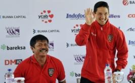 """Manager Pelatih Bali United Indra Sjafri (kiri) memperkenalkan Irfan Bachdim (kanan) sebagai pesepakbola yang baru bergabung dengan klub sepakbola Bali United saat perkenalan di Kuta, Bali, Kamis (12/1/2017). Klub sepakbola Bali United merekrut dua pesepakbola baru untuk memperkuat tim """"Tridatu"""" itu sebagai persiapan menghadapi musim kompetisi resmi tahun 2017."""