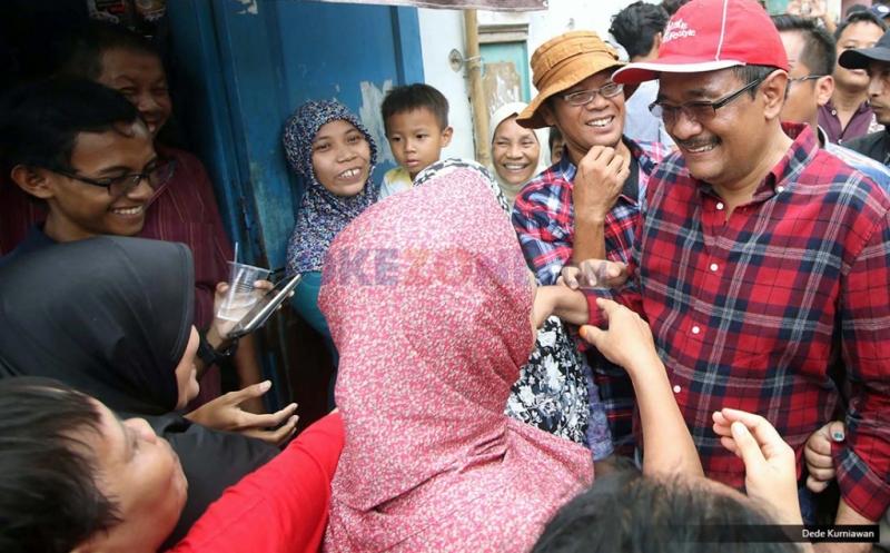 Calon wakil gubernur DKI Jakarta Djarot Saiful Hidayat menyapa warga saat blusukan di RW 01 Kelurahan Rawa Terate, Kecamatan Cakung, Jakarta Timur, Kamis (12/1/2017). Dalam blusukannya warga mendoakan agar Pasangan nomer urut dua tersebut menang dalam Pilkada 2017 sehingga dapat meneruskan program-program yang selama ini telah berjalan untuk memajukan Jakarta.