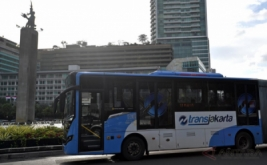 Bus Transjakarta melintas di kawasan Tugu Selamat Datang di Jakarta, Kamis (12/1/2017). Transjakarta akan menambah 2.000 unit bus sehingga total 3.300 unit hingga akhir tahun 2017 dengan anggaran mencapai Rp750 miliar.