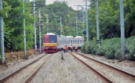 Pekerja mengganti bantalan rel di jalur KRL Manggarai-Sudirman di Jakarta, Kamis (12/1/2017). Perbaikan tersebut untuk mengantisipasi anjoknya gerbong kereta karena terdapat bantalan rel yang lapuk dan perbedaan ketinggian.