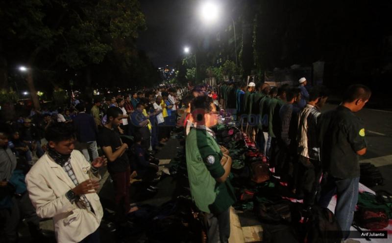 Ratusan mahasiswa yang berasal dari Badan Eksekutif Mahasiswa (BEM) dari berbagai perguruan tinggi di Jakarta melakukan salat Magrib berjamaah saat menggelar Aksi Bela Rakyat 121 di Jakarta, Kamis (12/1/2017). Aksi protes pemerintahan Jokowi-JK terkait kenaikan tarif yang dilakukan mahasiswa BEM sejak siang tadi ini masih berlangsung hingga malam hari.