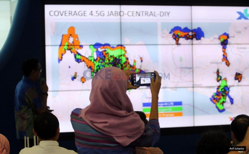 Seseorang mengabadikan layar pada konferensi pers mengenai peningkatan kualitas layanan di Jakarta, Kamis (12/1/2017). PT XL Axiata meningkatkan kualitas layanan 4.5G dengan menerapkan 4X4 MIMO dan Modulasi 256 QAM (Quadratute Amplitude Modulation) sehingga memperbesar manfaat positif layanan 4G bagi pelanggan dan masyarakat pengguna.