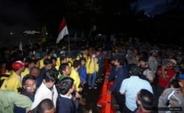 Ratusan mahasiswa yang tergabung dalam Badan Eksekutif Mahasiswa (BEM) se-Jabodetabek masih melakukan aksi hingga malam hari pada Aksi Bela Rakyat 121 di Jakarta, Kamis (12/1/2017). Dalam aksinya para mahasiswa kecewa tidak bisa bertemu langsung dengan Presiden Joko Widodo.