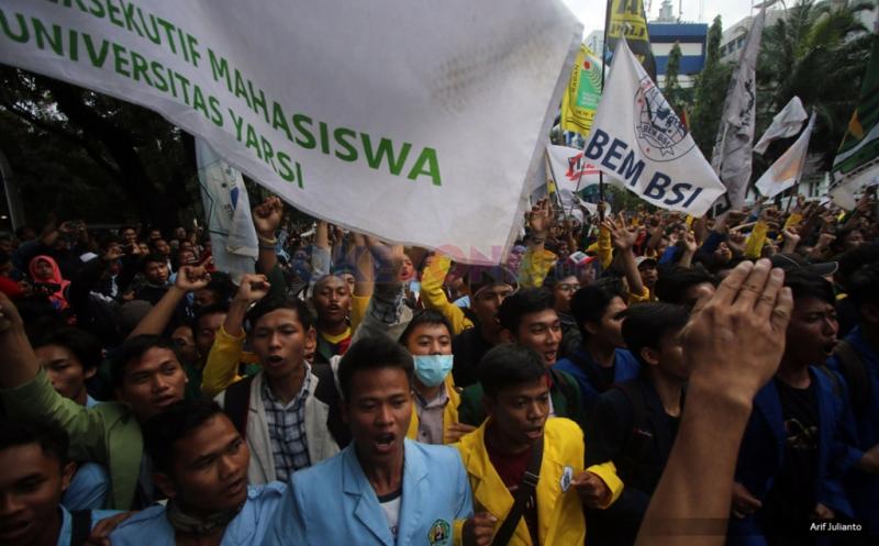 Ratusan mahasiswa yang tergabung dalam Badan Eksekutif Mahasiswa (BEM) se-Jabodetabek pada Aksi Bela Rakyat 121 di Jakarta, Kamis (12/1/2017).