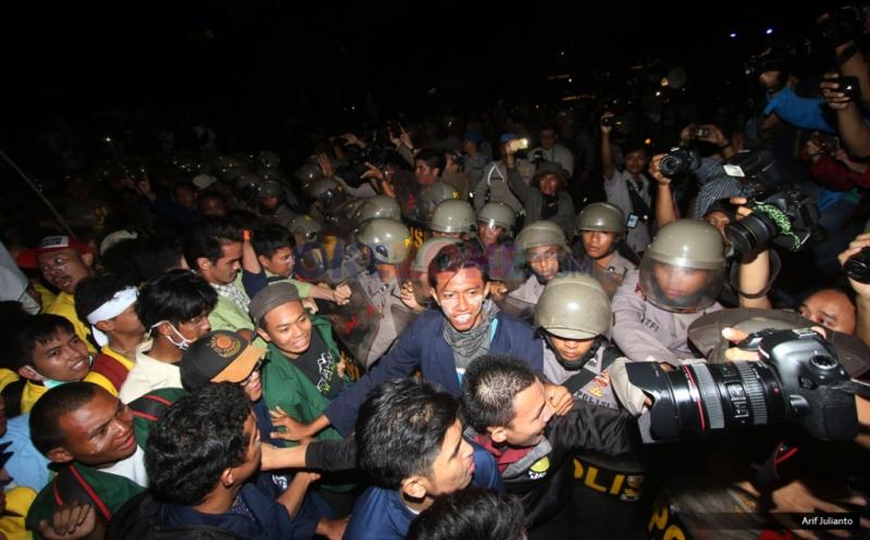 Ratusan mahasiswa yang tergabung dalam Badan Eksekutif Mahasiswa (BEM) se-Jabodetabek saling dorong dengan petugas Kepolisian saat melakukan Aksi Bela Rakyat 121 di Jakarta, Kamis (12/1/2017). Dalam aksinya para mahasiswa kecewa tidak bisa bertemu langsung dengan Presiden Joko Widodo.