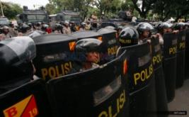 Ratusan polisi membuat barikade dalam pengamanan unjuk rasa ratusan mahasiswa dalam Aksi Bela Rakyat 121 di Jakarta, Kamis (12/1/2017). Aksi yang dilakukan serentak di 19 kota ini guna menuntut kebijakan pemerintah Joko Widodo dan Jusuf Kalla yang telah memberatkan hidup rakyat Indonesia.