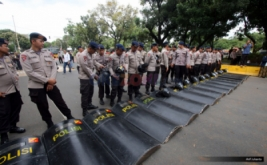 Puluhan polisi bersiap membuat barikade dalam pengamanan unjuk rasa ratusan mahasiswa dalam Aksi Bela Rakyat 121 di Jakarta, Kamis (12/1/2017). Aksi yang dilakukan serentak di 19 kota ini guna menuntut kebijakan pemerintah Joko Widodo dan Jusuf Kalla yang telah memberatkan hidup rakyat Indonesia.