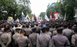 Ratusan polisi dan mahasiswa saling berhadapan saat Aksi Bela Rakyat 121 di Jakarta, Kamis (12/1/2017). Aksi yang dilakukan serentak di 19 kota ini guna menuntut kebijakan pemerintah Joko Widodo dan Jusuf Kalla yang telah memberatkan hidup rakyat Indonesia.