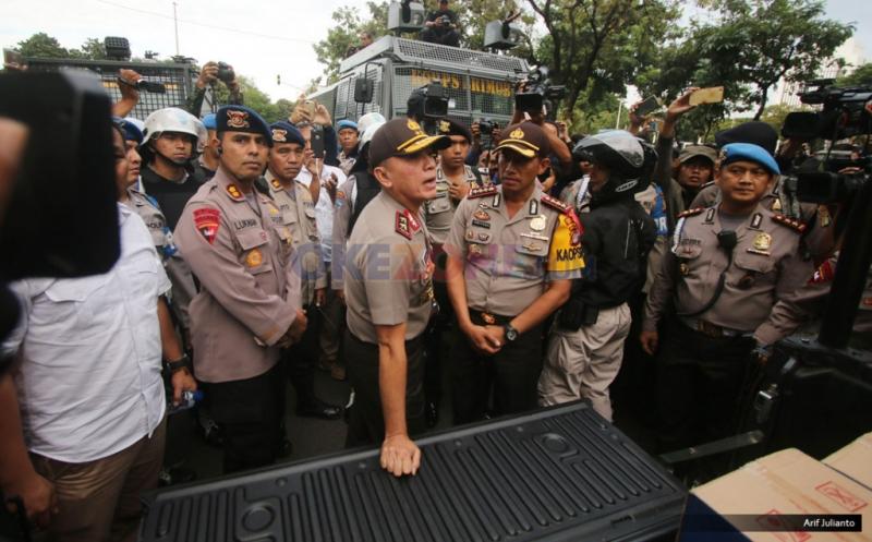 Kapolda Metro Jaya Irjen M Iriawan melakukan pengecekan langsung ke lokasi Aksi Bela Rakyat 121 di Jakarta, Kamis (12/1/2016). Dalam aksinya para mahasiswa kecewa tidak bisa bertemu langsung dengan Presiden Joko Widodo.