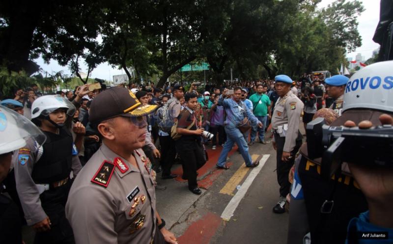 Kapolda Metro Jaya Irjen M Iriawan berjalan untuk melakukan pengecekan langsung ke lokasi Aksi Bela Rakyat 121 di Jakarta, Kamis (12/1/2016). Dalam aksinya para mahasiswa kecewa tidak bisa bertemu langsung dengan Presiden Joko Widodo.