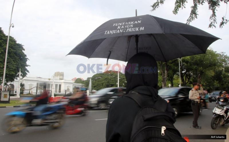 Aktivis Jaringan Solidaritas Korban Untuk Keadilan (JSKK) membawa payung hitam saat melakukan aksi Kamisan ke-476 di depan Istana Merdeka, Jakarta, Kamis (12/1/2017). Aksi tersebut untuk meminta kepada Presiden Joko Widodo untuk menuntaskan kasus-kasus pelanggaran HAM yang pernah terjadi di Indonesia.