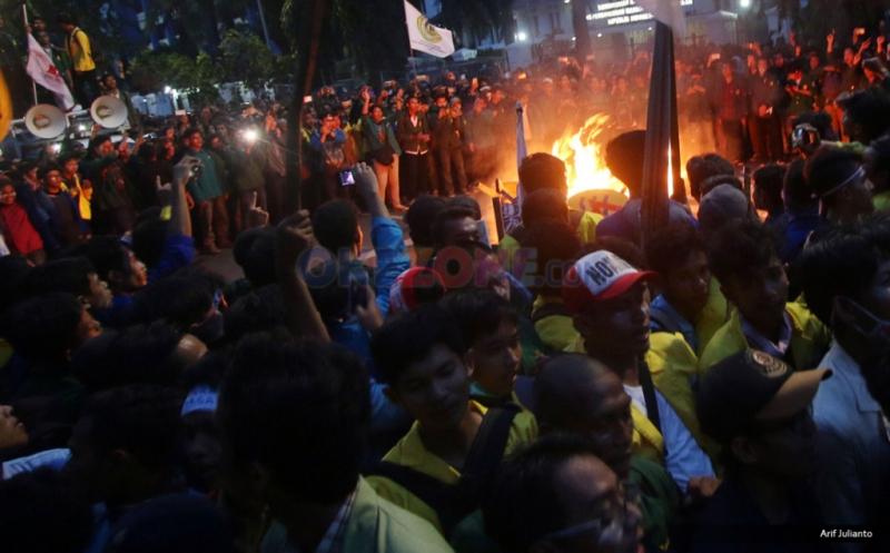 Mahasiswa yang tergabung dalam Badan Eksekutif Mahasiswa (BEM) se-Jabodetabek melakukan aksi bakar keranda mayat saat Aksi Bela Rakyat 121 di Jakarta, Kamis (12/1/2017). Dalam aksinya, para mahasiswa kecewa tidak bisa bertemu langsung dengan Presiden Joko Widodo.