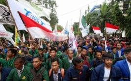 Massa dari Badan Eksekutif Mahasiswa se-Indonesia (BEM-SI) melakukan aksi long march menuju Istana Merdeka saat Aksi Bela Rakyat 121 di Jakarta, Kamis (12/1/2017). Aksi tersebut untuk menuntut pemerintah agar mencabut semua kebijakan yang tidak berpihak kepada rakyat.