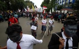 Massa dari Badan Eksekutif Mahasiswa se-Indonesia (BEM-SI) juga melakukan teatrikal saat Aksi Bela Rakyat 121 di Jakarta, Kamis (12/1/2017). Aksi tersebut untuk menuntut pemerintah agar mencabut semua kebijakan yang tidak berpihak kepada rakyat.
