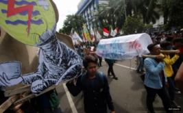 Massa dari Badan Eksekutif Mahasiswa se-Indonesia (BEM-SI) membawa keranda mayat saat Aksi Bela Rakyat 121 di Jakarta, Kamis (12/1/2017). Aksi tersebut untuk menuntut pemerintah agar mencabut semua kebijakan yang tidak berpihak kepada rakyat.
