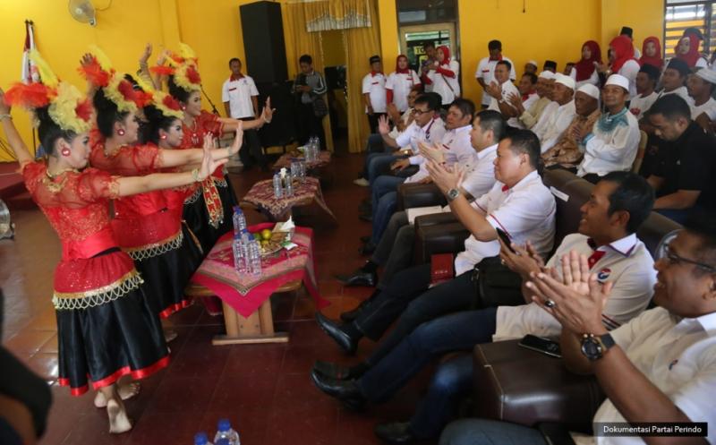 Penyambutan untuk Ketua Umum Partai Perindo Hary Tanoesoedibjo di lokasi pelantikan 281 DPRt Partai Perindo Bangkalan di Bangkalan, Pulau Madura, Jawa Timur, Kamis (12/1/2017).