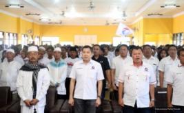 Ketua Umum Partai Perindo Hary Tanoesoedibjo (dua kiri) bersama pengurus Perindo menyanyikan lagu Indonesia Raya pada acara pengukuhan 281 DPRt Partai Perindo Bangkalan di Bangkalan, Pulau Madura, Jawa Timur, Kamis (12/1/2017).