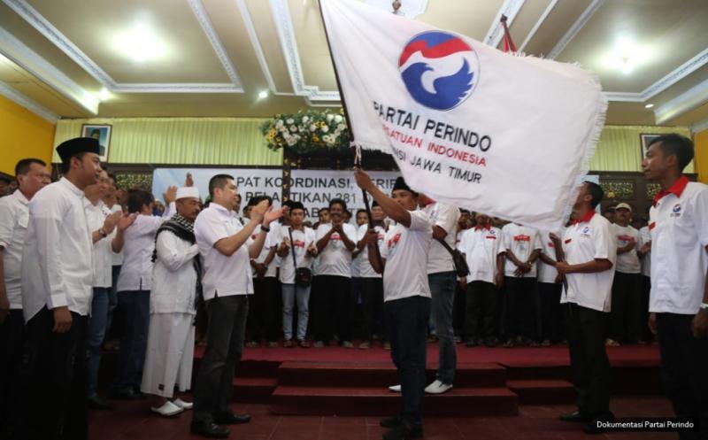 Ketua Umum Partai Perindo Hary Tanoesoedibjo bertepuk tangan usai memberikan pataka Perindo kepada pengurus baru pada acara pengukuhan 281 DPRt Partai Perindo Bangkalan di Bangkalan, Pulau Madura, Jawa Timur, Kamis (12/1/2017).