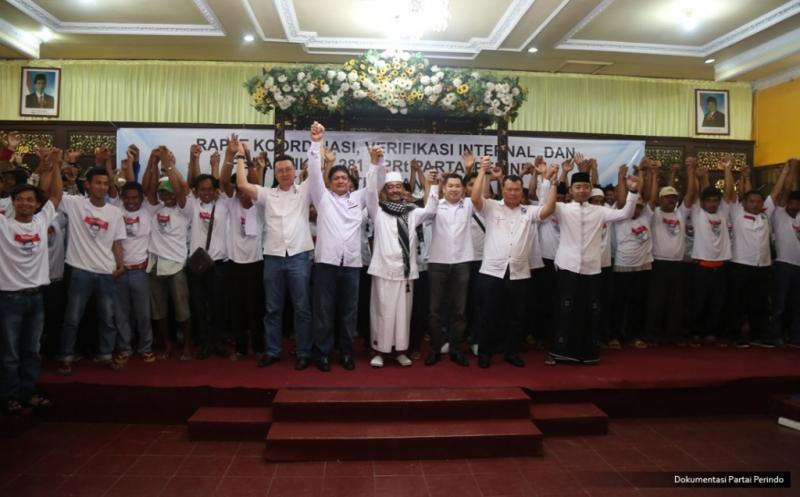 Ketua Umum Partai Perindo Hary Tanoesoedibjo bersama pengurus Perindo mengangkat tangan usai melantik 281 DPRt Partai Perindo Bangkalan di Bangkalan, Pulau Madura, Jawa Timur, Kamis (12/1/2017).
