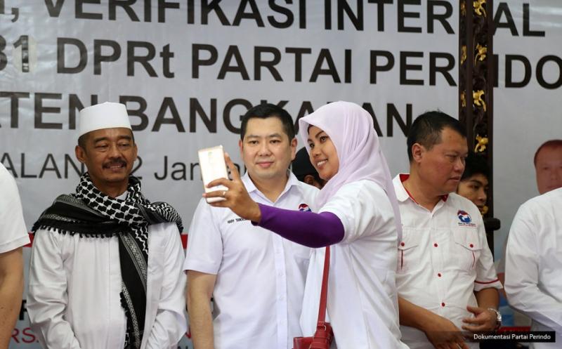Ketua Umum Partai Perindo Hary Tanoesoedibjo (dua kiri) melayani permintaan foto bersama warga usai melantik 281 DPRt Partai Perindo Bangkalan di Bangkalan, Pulau Madura, Jawa Timur, Kamis (12/1/2017).