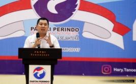 Ketua Umum Partai Perindo Hary Tanoesoedibjo memberikan pengarahan pada acara pelantikan 186 DPRt Partai Perindo Sampang di Gedung PKPRI Sampang, Pulau Madura, Jawa Timur, Kamis (12/1/2017). Hary Tanoe menegaskan, Partai Perindo dibangun untuk melayani masyarakat, membangun kesejahteraan masyarakat Indonesia.