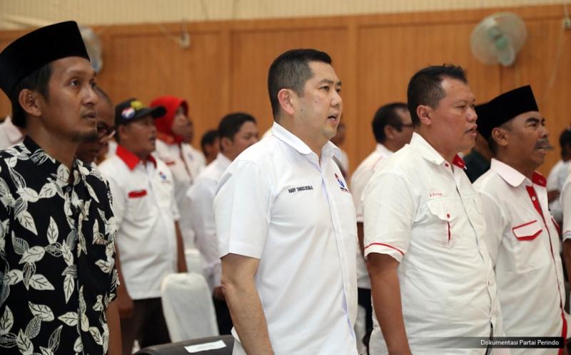 Ketua Umum Partai Perindo Hary Tanoesoedibjo (dua kiri) bersama pengurus Perindo menyanyikan lagu Indonesia Raya pada acara pelantikan 186 DPRt Partai Perindo Sampang di Gedung PKPRI Sampang, Pulau Madura, Jawa Timur, Kamis (12/1/2017).