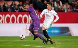 Matias Kranevitter (kanan) menjatuhkan Casemiro pada leg kedua babak 16 besar Copa del Rey di Estadio Ramon Sanchez Pizjuan, Jumat (13/1/2017) dini hari WIB. (REUTERS/Jon Nazca)