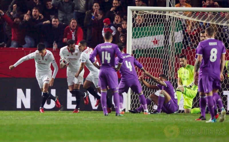 Sejumlah pemain Sevilla merayakan gol ke gawang Real Madrid pada leg kedua babak 16 besar Copa del Rey di Estadio Ramon Sanchez Pizjuan, Jumat (13/1/2017) dini hari WIB. (REUTERS/Jon Nazca)