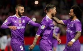 Marcelo (kanan) dan Karim Benzema (kiri) merayakan gol yang dicetak Sergio Ramos pada leg kedua babak 16 besar Copa del Rey di Estadio Ramon Sanchez Pizjuan, Jumat (13/1/2017) dini hari WIB. (REUTERS/Jon Nazca)