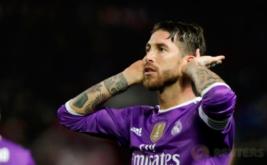 Sergio Ramos selebrasi usai mencetak gol ke gawang Sevilla pada leg kedua babak 16 besar Copa del Rey di Estadio Ramon Sanchez Pizjuan, Jumat (13/1/2017) dini hari WIB. (REUTERS/Jon Nazca)