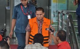 Kepala Bidang Pemasaran Dinas Pariwisata dan Kebudayaan Pemerintah Kabupaten Kebumen Sigit Widodo (kedua kanan) keluar Gedung KPK seusai pemeriksaan oleh penyidik KPK terkait kasus dugaan suap proyek Dikbud Kebumen dalam APBN-P 2016, di Jakarta, Kamis (12/1/2017). Dalam pemeriksaannya terungkap uang suap Rp 70 juta diduga diberikan terkait dengan proyek-proyek pada Dinas bernilai Rp 4,8 miliar, antara lain pengadaan buku, alat peraga, serta peralatan teknologi informasi dan komunikasi.