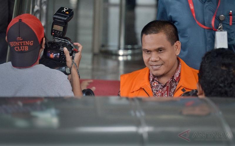 DIKBUDPAR Kebumen Diperiksa Terkait Kasus Suap  Kepala Bidang Pemasaran Dinas Pariwisata dan Kebudayaan Pemerintah Kabupaten Kebumen Sigit Widodo (kedua kanan) keluar Gedung KPK seusai pemeriksaan oleh penyidik KPK terkait kasus dugaan suap proyek Dikbud Kebumen dalam APBN-P 2016, di Jakarta, Kamis (12/1/2017). Dalam pemeriksaannya terungkap uang suap Rp 70 juta diduga diberikan terkait dengan proyek-proyek pada Dinas bernilai Rp 4,8 miliar, antara lain pengadaan buku, alat peraga, serta peralatan teknologi informasi dan komunikasi.
