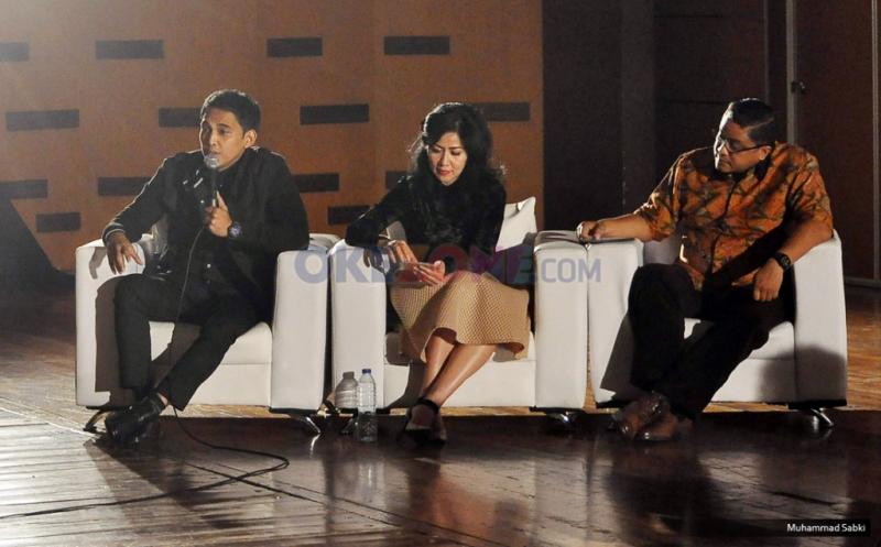 Artis pendukung dari pasangan calon Gubernur DKI Jakarta nomor urut satu, Indra Perdana Sinaga (kiri), Venna Melinda (kedua kiri), Dede Yusuf (kanan) pada acara debat artis pendukung cagub DKI Jakarta 2017 di Sinema Hall, Gedung Pusat Perfilman Haji Usmar Ismail, Jakarta, Kamis (12/1/2017). Para artis pendukung cagub DKI Jakarta memperesentasikan beberapa alasan dan aspirasi mereka untuk mendukung para calon gubernurnya tersebut.