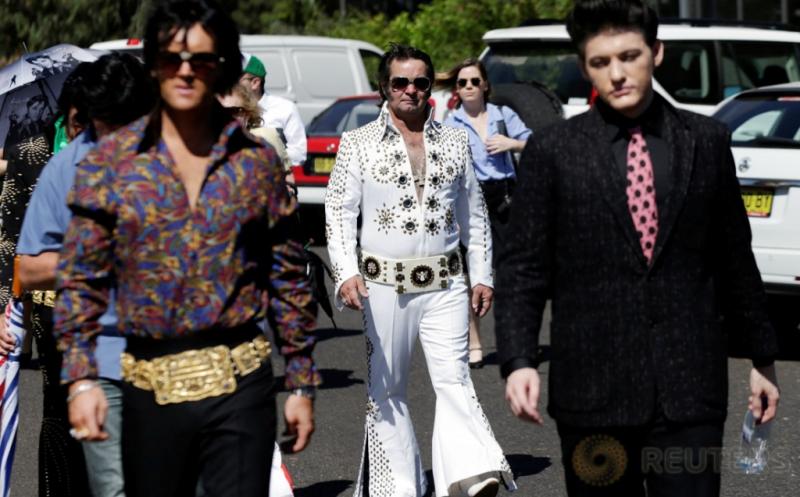 Sejumlah orang bergaya seperti legendaris Elvis Presley dalam Festival Elvis di Paskes, Australia, Kamis (12/1/2017). Pada festival tersebut, penggemar meniru gaya berpakaian Raja Pop Elvis Presley.
