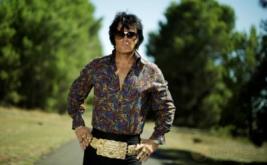 Seorang pria bergaya seperti legendaris Elvis Presley dalam Festival Elvis di Paskes, Australia, Kamis (12/1/2017). Pada festival tersebut, penggemar meniru gaya berpakaian Raja Pop Elvis Presley.